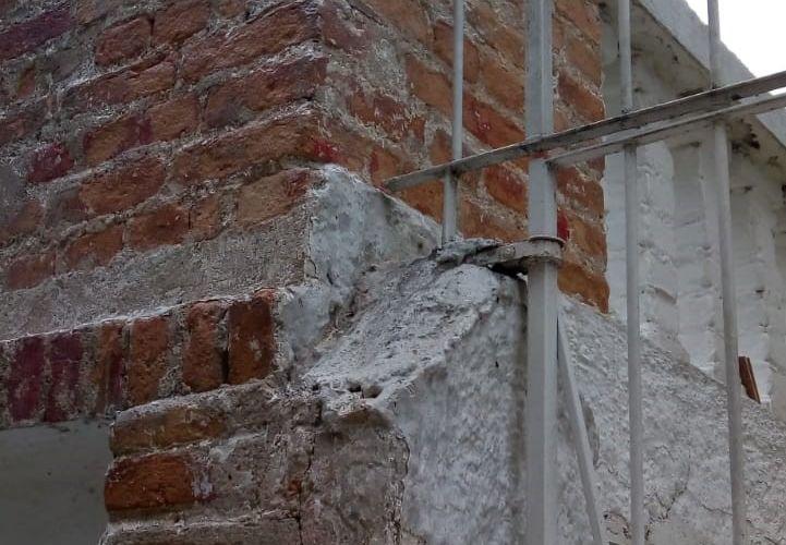 perfuração do passeio e restauro dos tijolos da fachada da garagem ainda em andamento